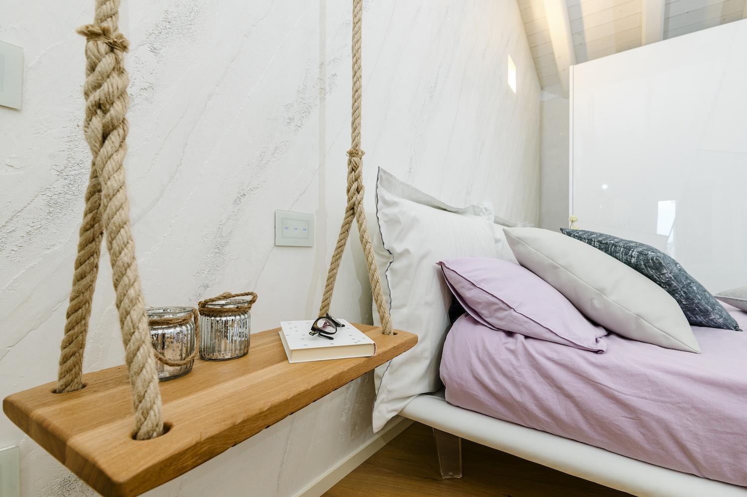 Come arredare una camera - particolare dell'altalena comodino